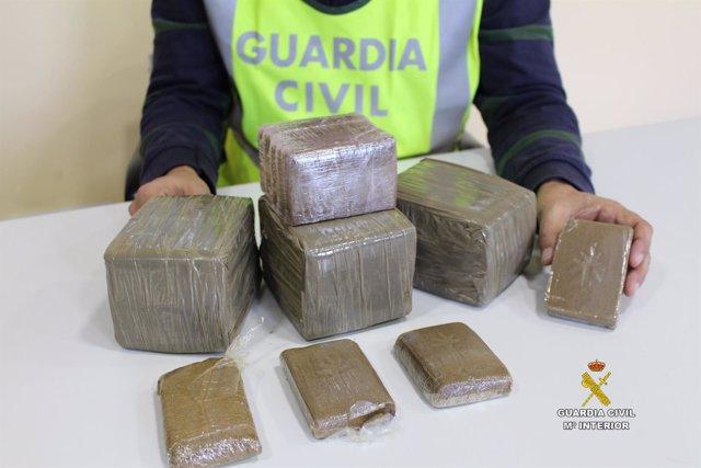 RDO. NOTA DE PRENSA GUARDIA CIVIL (INTERVENIDOS CASI 4 KILOS DE HACHIS TRAS UN A