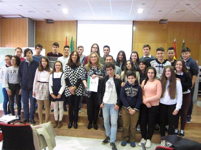 Luna (centro), entre Cañete y Morilla con alumnos en la presentación