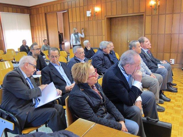 Imagen de los acusados del caso Alvalle, sentados en los dos primeros bancos