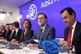 """Rajoy dice que queda """"mucho tiempo"""" para el congreso de PP y no aclara si seguirá Cospedal"""