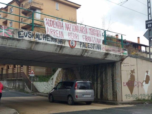 """Cartel en Alsasua: """"Respuesta del pueblo a amenazas de la Audiencia Nacional"""""""