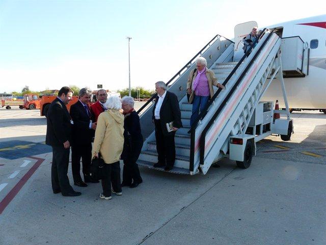 Pasajeros Austriacos Llegan Al Aeropuerto De Reus