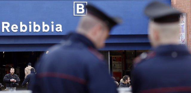 Policía italiana frente a una parada del metro de Roma