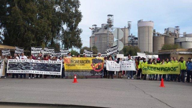 Protesta junto a la cementera de Alcalá.