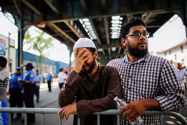 Un hombre llora durante una protesta contra los crímenes de odio en Nueva York.