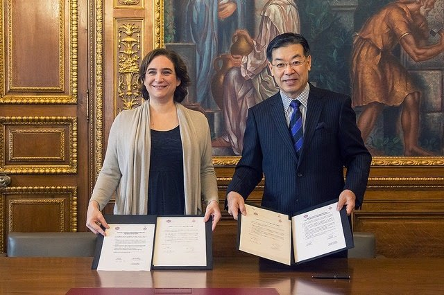 La alcaldesa Ada Colau y el gobernador de la Jefatura de Kioto, Keiji Yamada