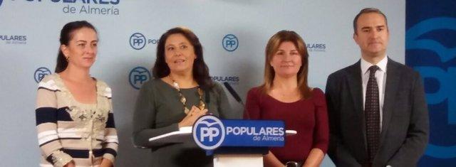 Carmen Crespo junto a parlamentarios del PP por Almería