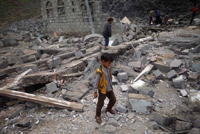 Niños buscan entre los escombros tras un bombardeo saudí en Saná