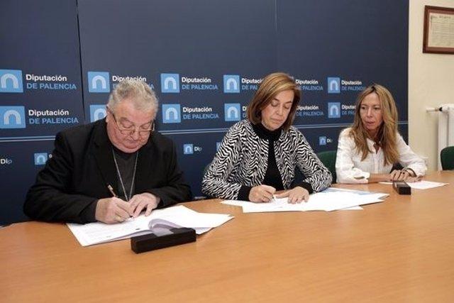 Armisen (C) firma el convenio con el Obispo. A la derecha la diputada de Cultura