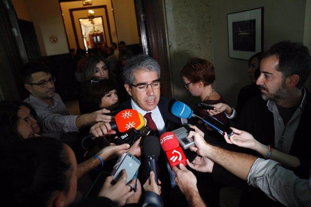 Homs atiende a los medios en el Congreso