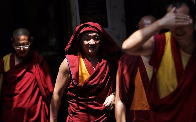 Un grupo de monjes tibetanos en un campo de refugiados de India.
