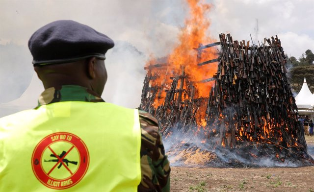 Agente de Kenia controla la quema de más de 5.000 armas de fuego ilegales