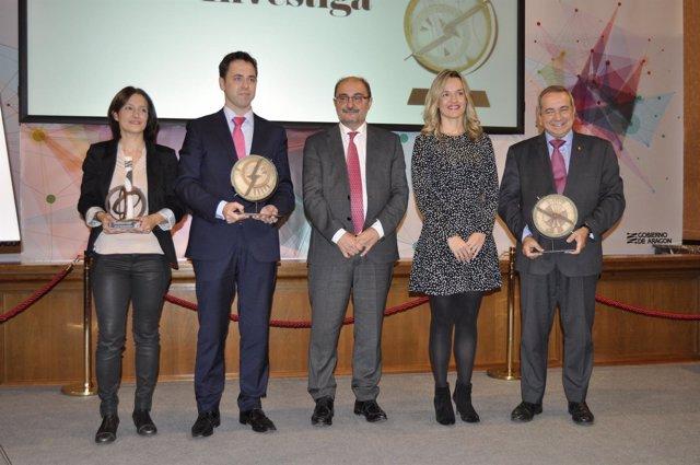 El presidente Javier Lambán y la consejera Pilar Alegría con los premiados.