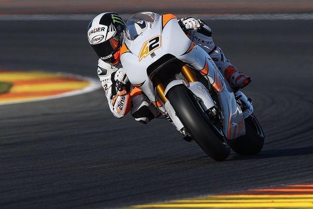 Álex Rins con su nueva moto de Suzuki en MotoGP