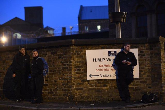Varios guardias de prisión frente a la cárcel de Wandsworth, en Londres.