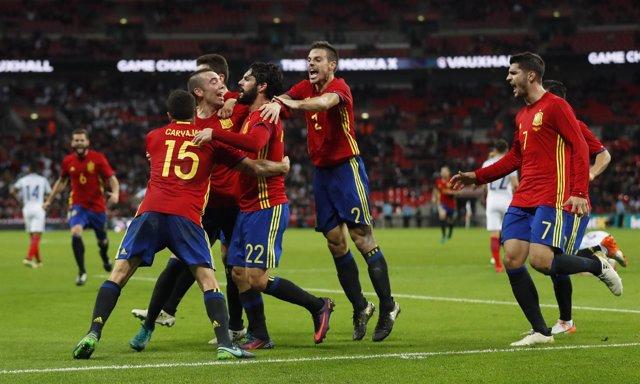 Isco es abrazado por sus compañeros en la selección española