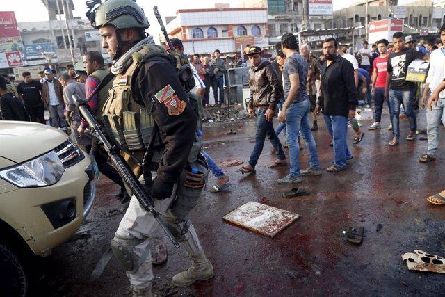 Un militar en el lugar de un atentado en Bagdad