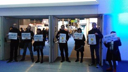 Dos activistas de la CUP se encadenan en la Feria de Barcelona por la remunicipalización del agua