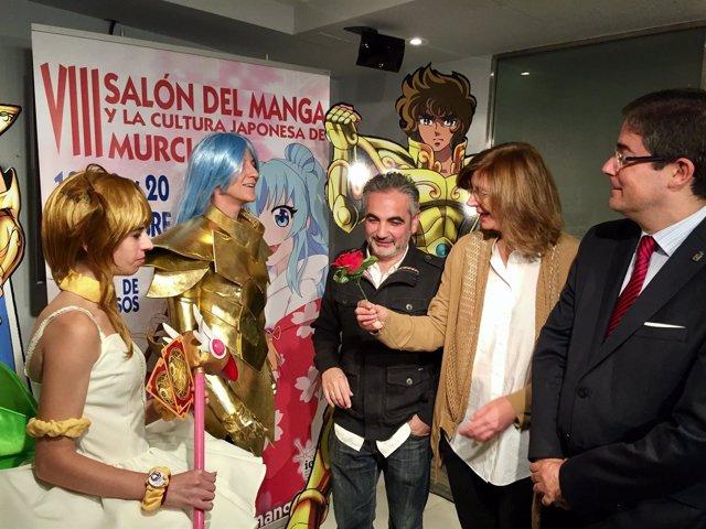 Briones junto a Pacheco, Alvarez y dos 'cosplayers'