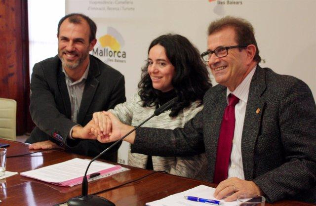 Biel Barceló firma un convenio con la UIB