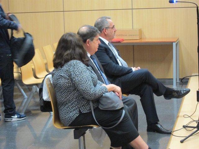 Olivas (centro), con su mujer y Cotino en la primera sesión del juicio