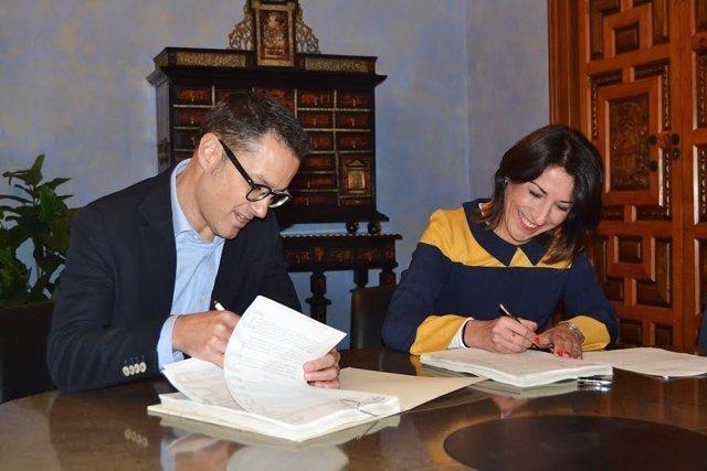 La delegada de Medio Ambiente, Auxiliadora Pozuelo, durante la firma