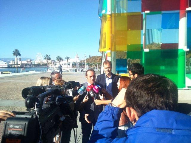 Juan Cassá atiende a los medios junto al Centre Pompidou