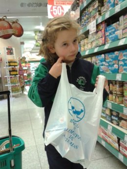 Niña participando en la Gran recogida de alimentos