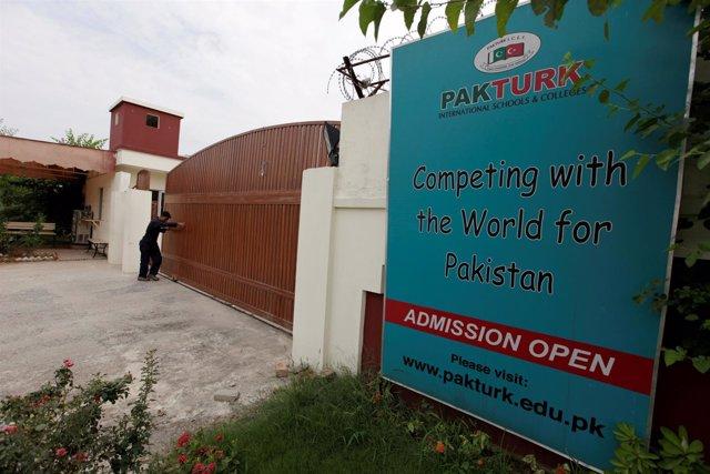 Un hombre cierra la puerta principal de un centro de PakTurk en Islamabad.