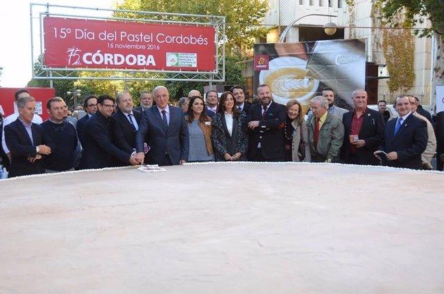 Ruiz (centro), entre otras autoridades, durante la celebración