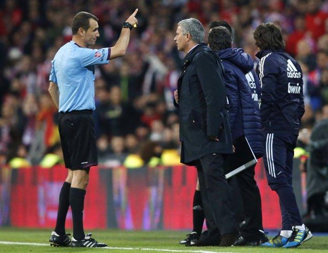 El árbitro español Clos Gómez se dirige a José Mourinho