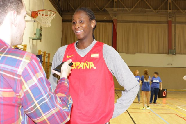La Jugadora De Baloncesto Internacional Española Astou Ndour
