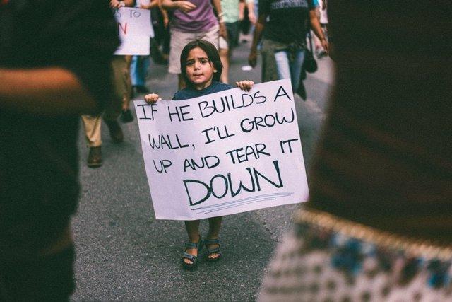 Niño latino protesta contra el muro de Trump