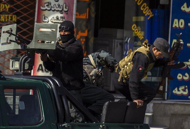 Policia afgano llega a su puesto después del atentado suicida