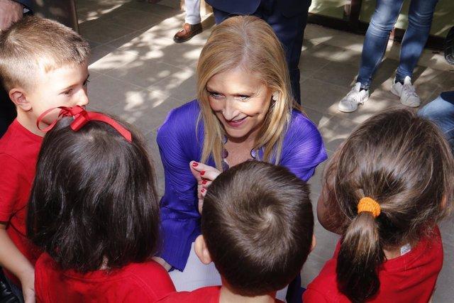 Cifuentes con escolares del centro