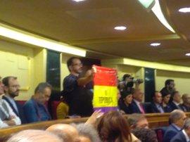 Senador de IU despliega una bandera republicana en el discurso del Rey en el Congreso