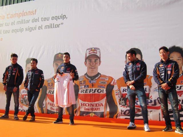Los pilotos del Repsol Honda Team en el colegio St Andeu de la Barca