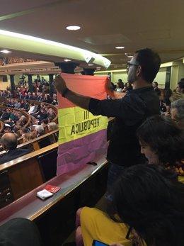 El senador de IU Iñaki Bernal saca una bandera republicana en el Congreso