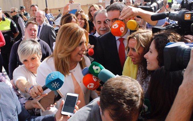Susana Díaz atendiendo a los medios