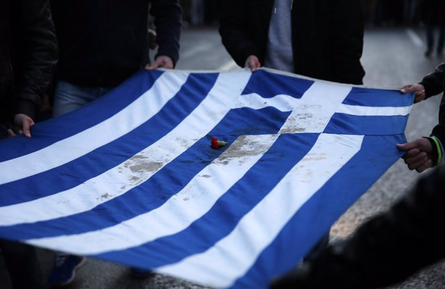 Bandera griega manchada de sangre por la revuelta de 1973