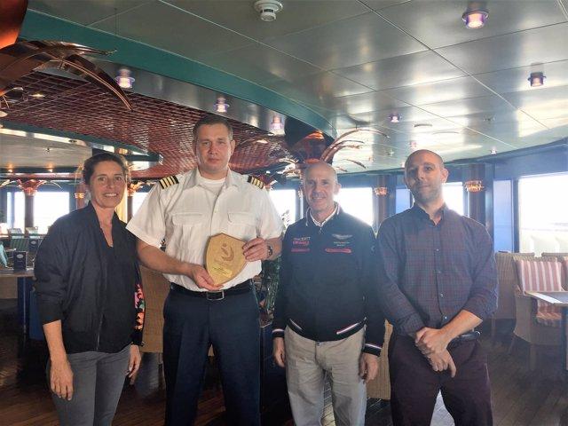 Entrega de metopas a bordo del crucero 'Hamburg'
