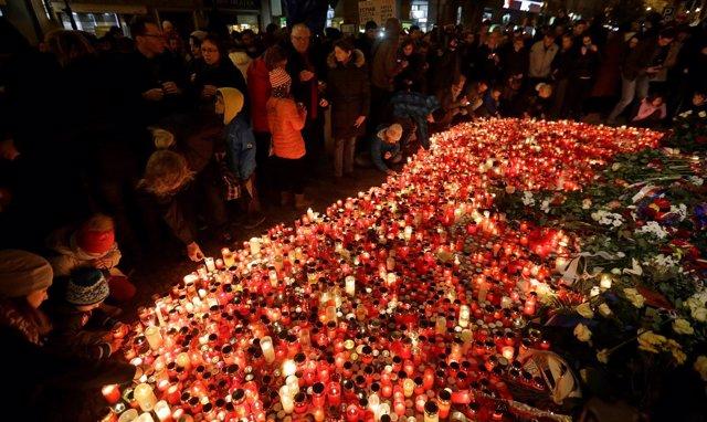 Cientos de checos encienden velas en el monumeto de la Revolución de Terciopelo.