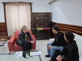 'Refugiados Extremadura' pide apoyo a la presidenta de la Asamblea para apadrinar un piso en Grecia para familias sirias