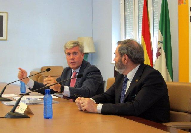 José Enrique Fernández de Moya (d), en la rueda de prensa.