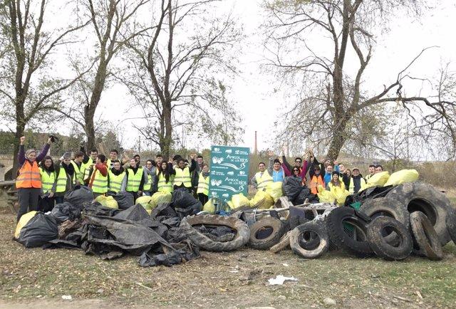 Alumnos escuela de Hostelería hacen limpieza ríos