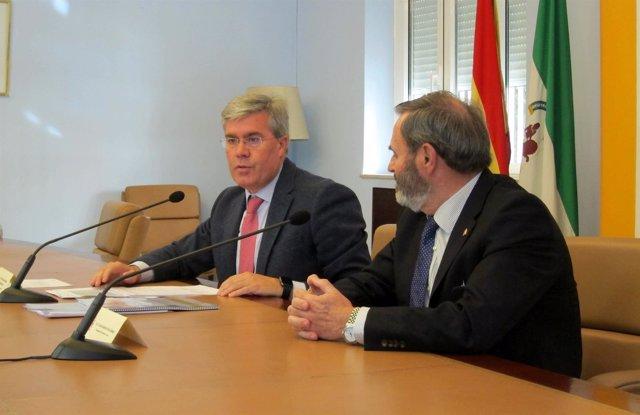 José Enrique Fernández de Moya (i), con Juan Lillo, en la rueda de prensa.