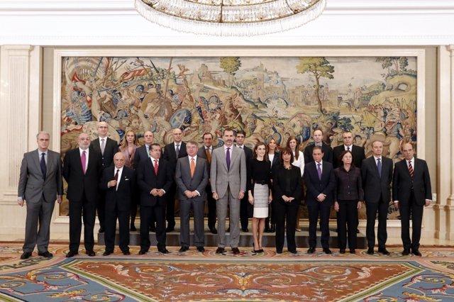 Sus Majestades los Reyes junto a una representación de Televisión Española con m