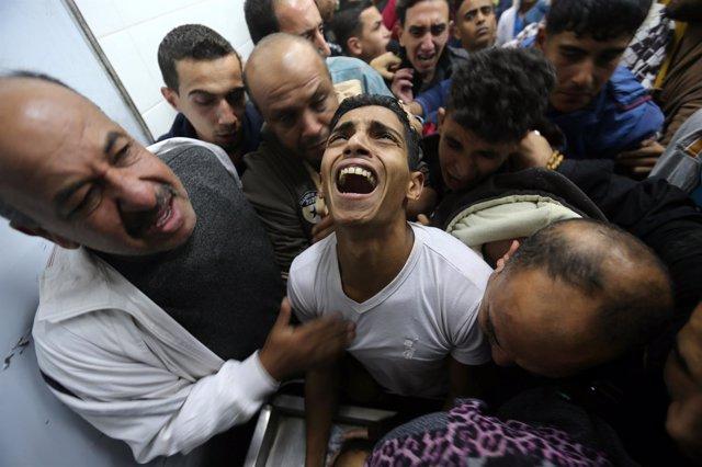 Palestinos lamentan la muerte de un familiar en Gaza