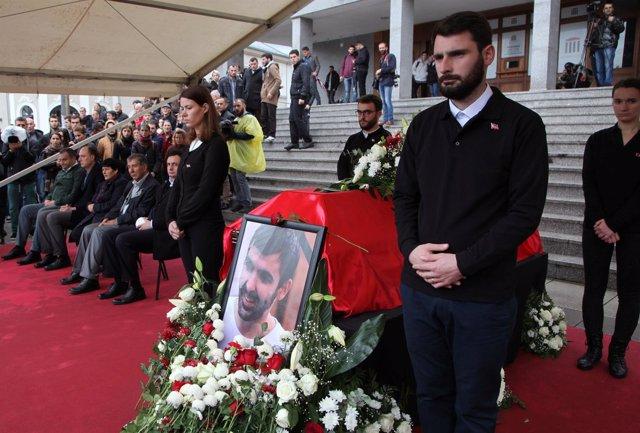 Familiares y amigos acuden al funeral del activista opositor Astrit Dehari.