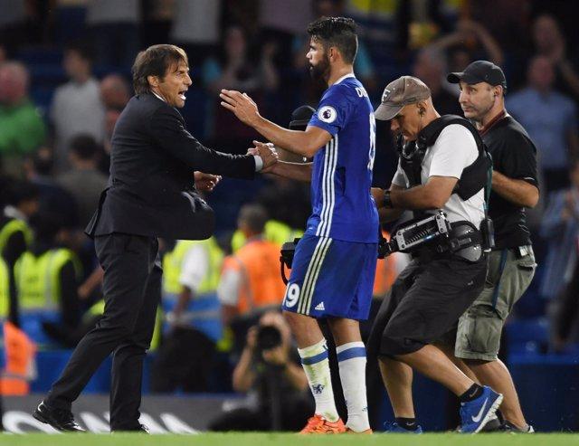 Diego Costa y Conte se felicitan tras la victoria del Chelsea